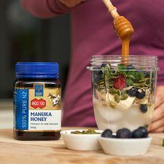 Mierea de Manuka MGO 100+ susține sistemul imunitar și ajută în tratarea afecțiunilor ușoare - răceli, dureri de gât. Manuka Honey, Tableware, Food, Dinnerware, Tablewares, Essen, Meals, Dishes, Place Settings