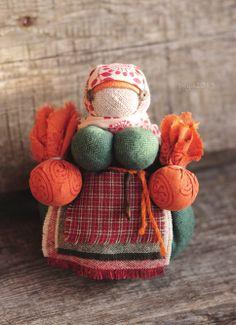 Обережная кукла-кубышка, наполненная лавандой. Автора можно найти здесь: http://u-lii-tochka.livejournal.com/profile