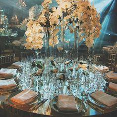 Jueves Monocromático >> Terminando este día con sofisticación en blanco y cristal. Donde los centros de mesa son los protagonistas.  #event #eventplanners #ubf #monochrome #whiteflowers #crystal #mirror #partytime #party