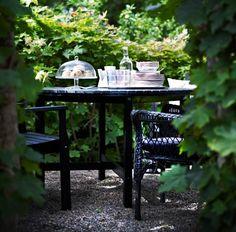 IKEA Österreich, Inspiration, Garten, Terrasse, Balkon, Outdoor, Sommer, Sonne, ÄNGSÖ Tisch und Armlehnstühle in Schwarzbraun, auf dem Tisch u. a. ARV BRÖLLOP Platte auf Fuß mit Deckel aus Klarglas, ARV Dessertteller in Rosa und 24-teiliges SEDLIG Besteck aus Edelstahl