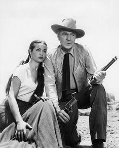 Sara Montiel, actriz española, aquí con el actor americano Gary Cooper, en el film 'Veracruz'. Más famosa que una reina. Hoy cumple 83 años.