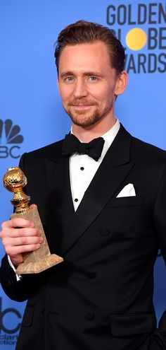 Tom Hiddleston poses in the press room after winning the Best Performance by an Actor in a Limited Series or a Motion Picture made for Television at the 74th Annual Golden Globe Awards held at the Beverly Hilton Hotel on January 8, 2017. Source: Torrilla. Full size image: http://ww4.sinaimg.cn/large/6e14d388ly1fbk7zonkgpj22v445c1l4.jpg