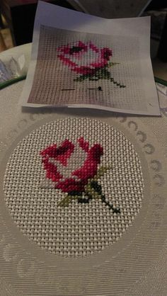 Here you can look and cross-stitch your own rose. Mini Cross Stitch, Cross Stitch Rose, Cross Stitch Charts, Cross Stitch Patterns, Cross Stitching, Cross Stitch Embroidery, Crochet Leaves, Bargello, Embroidery Techniques