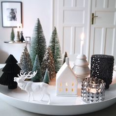 The most beautiful ideas for your Christmas decoration - Christmas countdown … The Effective Pictures We Offer You About fireplace decor A quality pictur - Black Christmas, Noel Christmas, Christmas And New Year, Simple Christmas, Christmas Lights, Homemade Christmas, Beautiful Christmas, Elegant Christmas, Christmas Ornaments
