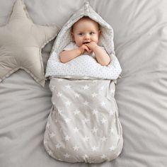 Nid d'ange R baby  Bébé à la tête dans les nuages.