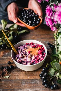 Luxury berry porridge is a comforting bowl of warm creamy oatmeal with lots of toppings so that each spoonful tastes a bit different. Breakfast Snacks, Vegan Breakfast Recipes, Aronia Berry Recipes, How To Make Porridge, Carb Free Bread, Gluten Free Porridge, Chocolate Porridge, Vegan White Chocolate, Vegan Caramel