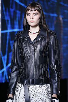 """Fragmentos de Moda: O desfile da Louis Vuitton Primavera/Verão 2015-2016 inundou a passarela com inusitadas """"punks"""" cibernéticas."""