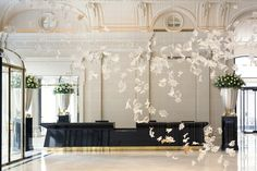 Dancing Leaves chandelier by Czech chandelier manufacturer Lasvit is installed in the hotels main lobby. The Peninsula Hotel Paris. Peninsula Paris, Peninsula Hotel, Peninsula Bangkok, Best Paris Hotels, Best Hotels, Luxury Hotels, Design Hotel, Palaces, Lobby Do Hotel