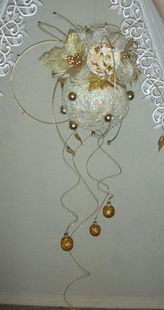 decoration ball for Christmas from  http://handmadeowo.blogspot.com/2013/11/zoto-biaa-i-czerwona-wiszaca-kula.html