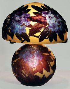 """Emil Galle Эмиль Галле создал технику """"лунного света"""" (light-of-moon).  Не простым способом он добился эффекта лунного свечения:  Он придал стеклу сапфировый оттенок, введя в его состав оксид кобальта.  Вводя малое количество оксида кобальта (II) он получал голубое стекло, а при  большом проценте оксида в составе стекла - фиолетово-синее с красноватым оттенком, и соответственно, варьируя количество оксида-красителя он получал любой цвет из палитры, от голубого до фиолетово-синего."""