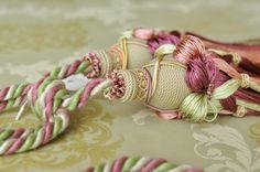 贅沢に光沢のあるレーヨン糸をおしみなくたっぷり使ったカーテンタッセルです。  カーテンの他、ウォールデコレーションとしてもご利用いただけます。  レーヨン糸を花型に結び、房を編み込み、房端も長くボリュームあるフォルムにまとめました。  タッセル:レーヨン糸(糸どうしがくっつかずサラサラしたタイプとなります)   サイズ:タッセルW4.5センチ×H26.5センチ      コード37センチ(←中央結び目からコードの輪の端まで。コードの形状は周囲74センチの輪が二つとなります。)
