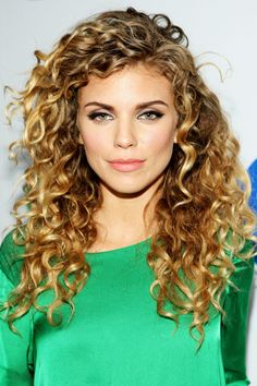 25 Gorgeously Long Curly Hairstyles: Hairstyle for Blonde Curly Hair Curly Hair Styles Easy, Curly Hair Cuts, Wavy Hair, Natural Hair Styles, Long Hair Styles, Chin Hair, 3b Hair, Curly Bangs, Midlength Curly Hair
