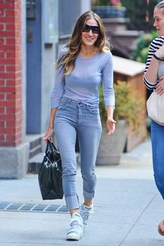 """Sarah Jessica Parker wearing the """"mom jean"""" trend <3"""