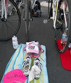 How to set up your triathlon transition area. Tips for tri beginners! Sprint Triathlon, Triathlon Training, Marathon Training, Triathlon Checklist, Ironman Triathlon, Training Plan, Fitness Goals, Fitness Tips, Triathlon Transition