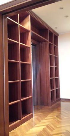 Una libreria in legno di Mogano. Robusta, perché la cultura ha il suo peso.