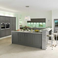 There's even more to the Somerton Fern Kitchen than its rich, earthy tones. View this intricate and boldly sophisticated kitchen style today. Shaker Kitchen, Kitchen Units, Open Plan Kitchen, New Kitchen, Kitchen Ranges, Kitchen Brick, Kitchen Things, Room Kitchen, Kitchen Living