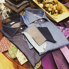 Outstanding denim shirts handmade by the laboratory of Mazzarelli in Italy. Different fabrics and washing possible.   www.lesbarons.be #lesbaronsknokke #lesbarons #knokke #mazzarelli #masel #shirts #camiceria #ties #handmade #italy #lb #luxury #luxurylifestyle #exclusive  (bij Les Barons)