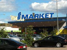 Kaupan kyltti, jossa lukee kaupan nimi on myymälän yläpuolella