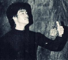 Bruce behind the scenes of Enter the dragon Bruce Lee Books, Bruce Lee Art, Brandon Lee, Bruce Lee Pictures, Game Of Death, Jeet Kune Do, The Big Boss, Enter The Dragon, True Legend