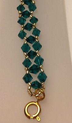 Mostacillas Delica oro brillan junto con cristales de Swarovski verdes esmeraldos de una pulsera perfecta del día de San Patricio. El corchete redondo es de color oro y la pulsera es 7 1/2 pulgadas de largo. Esta hermosa pulsera no puede ayudar pero le dan la suerte de los irlandeses todo el dia