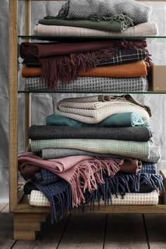 Et mix af plaider Plaid, Blanket, Carpets, Bed, Objects, Home, Gingham, Farmhouse Rugs, Rugs