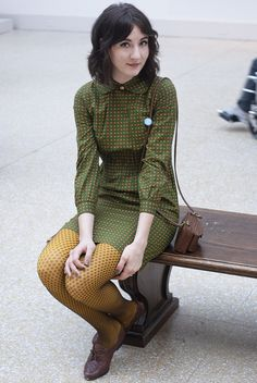 pattern mixing and analogous color palette: yellow tights have black polka dots, green check dress Street Style Vintage, Look Vintage, Looks Style, Style Me, Yellow Tights, Patterned Tights, Black Tights, Pretty Outfits, Cute Outfits