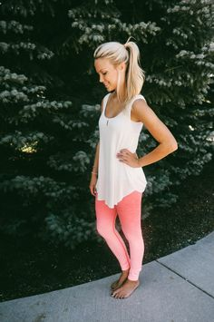 Love this look for gym.Look cute while getting a workout in! These Ombre Workout Leggings are so fun and comfy! Black Leggings Outfit, How To Wear Leggings, Best Leggings, Tribal Leggings, Ombre Leggings, Legging Outfits, Nike Leggings, Leggings Fashion, Printed Leggings