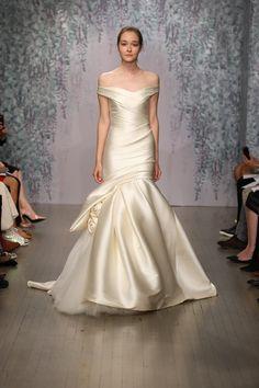 Monique Lhuillier モニーク・ルイリエのウエディングドレス。光沢のある生地とボリュームのあるボトムが綺麗。#Marchesa #Wedding dress #モニーク・ルイリエ #ウエディングドレス