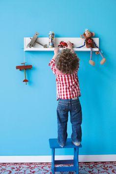 Een wandplank voor fotolijstjes of speelgoed: praktisch en leuk #kidsroom #lief!