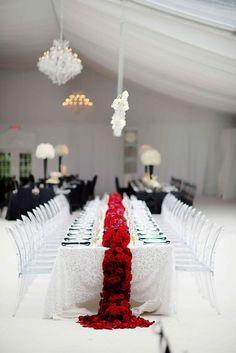 Un chemin de table en fleurs rouges pour plus de gaité