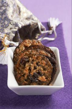 Křupavé placičky plné sušeného ovoce a mandlí nebo oříšků nevydrží na vánočním stole příliš dlouho. Ochutnejte je a poznáte proč.