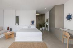 Hotel Saint Luxury Suites & Spa (Griechenland Ia) - Booking.com The Saint, Luxury Suites, Spa, Restaurant, Santorini Greece, Saints, Bedroom, Furniture, Home Decor
