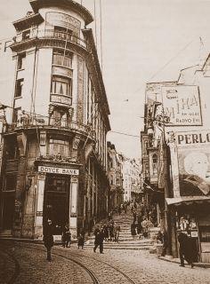 Deutsche bank - Doyçe bank bankalar caddesi İstanbul şubesi, sağ tarafta Mika radyo evinin reklam panosu görülmektedir.