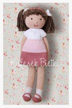 Malinka - lalka wykonana na szydełku. Lalka ubrana jest w sukienkę, wykonaną ręcznie na drutach i sweterek wykonany na drutach. Brązowe ...