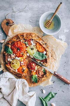 Summer tomato pie with feta cheese and honey #vegetarian #tomato #summer #pie #galette | TheAwesomeGreen.com