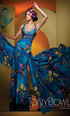 wedding dresses with modern butterfly design Butterfly Print Dress, Butterfly Fashion, Butterfly Kisses, Butterfly Art, Butterfly Design, Monarch Butterfly, Beautiful Evening Gowns, Evening Dresses, Long Dresses