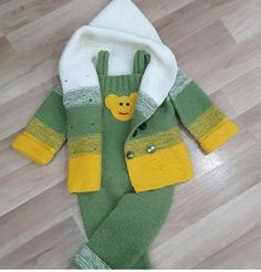 Discover thousands of images about Nu este disponibilă nicio descriere pentru fotografie. Baby Knitting Patterns, Baby Sweater Patterns, Knitting For Kids, Crochet Baby Sweaters, Crochet Baby Clothes, Baby Cardigan, Baby Pullover Muster, Baby Coat, Baby Outfits