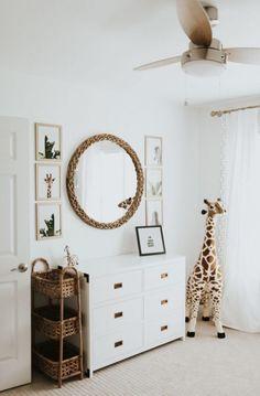 Une peluche girafe XXL dans la chambre de bébé