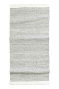 Tapete em algodão brilhante: Tapete retangular em algodão com fios brilhantes.