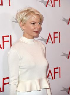 Michelle Williams Photos Photos - Actress Michelle Williams attends the annual AFI Awards at Four Seasons Los Angeles at Beverly Hills on January 6 2017 in Los Angeles California. Pixie Hairstyles, Cool Hairstyles, Pixie Haircut, Short Hair Cuts, Short Hair Styles, Pixie Cuts, Michelle Williams Pixie, Long Pixie, Short Blonde