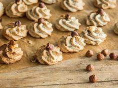 Juicy hazelnut macaroons - only genuine with the hazelnut - Yummy Stuff - Macaron Winter Desserts, Christmas Desserts, Christmas Baking, Christmas Recipes, Christmas Cookies, Macaroons, Dessert Simple, Food Cakes, Best Cookie Recipes