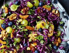 Sprød kålsalat med frugt og nødder - god opskrift på tilbehør til julemiddagen.