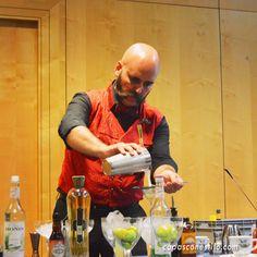 El gran bartender Manu Iturregi, de Residence (Bilbao), elaborando un cóctel durante una ponencia en el Congreso Internacional de Coctelería Mixology(X)trends Madrid 2015. #CopasConEstilo #Coctelería #Madrid