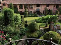 Paolo Genta Ternavasio, architetto, racconta la sua casa e il giardino. Tante stanze verdi, un orto, un laghetto e un parco. In armonia.