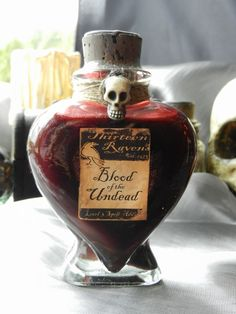 Halloween Poison Labels from Country Living.What's Your Poison? These Halloween Poison Labels can be found here. There's also a tutorial for the mirror in the background. Halloween Tags, Scary Halloween Food, Halloween Apothecary, Halloween Potions, Halloween Bottles, Diy Halloween Decorations, Halloween Cosplay, Holidays Halloween, Halloween Crafts