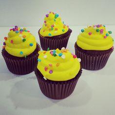 Cupcakes personalizados para todo tipo de ocasión: Día de la Madre, Cumpleaños, Reuniones familiares o en la Oficina, Almuerzos, Bautizos, Aniversarios, Matrimonios y más. Haz tus pedidos al (1) 625 16 84 o síguenos en redes sociales: Facebook: /PasteleriaSoSweet Twitter: @SoSweet Pinterest: /SoSweetCol - #cupcakes #cupcakefactory #cupcakesenbogotá #cumpleaños  #happybirthday #mothersday #diadelamadre Cupcakes Personalizados en Bogotá www.SoSweet.com.co
