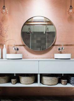 Comment utiliser le terracotta dans votre salle bains ? Hydropolis vous conseille.  Que vous choisissiez de peindre un pan de mur, d'ajouter un sol coloré ou seulement quelques carreaux de ciment, il est très facile de rénover cette pièce et de la colorer. Cette couleur chaude qui évoque la terre et le soleil apportera un vent de fraîcheur et de nouveauté à cet espace qu'on fréquente quotidiennement. #salledebains #bains #déco #terracotta #couleur #couleur2020 #salledebain #amenagement Photo : t Family Bathroom, Bathroom Wall, Bathroom Interior, Blush Bathroom, Copper Bathroom, Modern Bathroom, Complete Bathrooms, Bathroom Toilets, Washroom