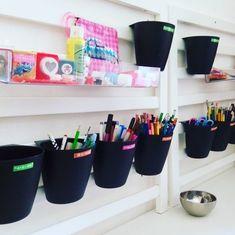 """Système D pour ranger les stylos, les feutres et les crayons ! Utiliser des pots suspendus Ikea en mettant une étiquette ;) 42 mentions J'aime, 12 commentaires - Shirley Ze Pap (@shirleyzepap) sur Instagram : """"Ça, ça s'appelle avoir la foi. Système D pour faciliter le rangement du bureau, grâce à mon…"""""""