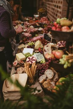 Wedding grazing tables are the latest foodie trend for your big day. Don't miss these fantastic wedding food ideas. Cheese Table, Cheese Platters, Antipasto, Fruits Images, Wedding Breakfast, Brunch Wedding, Wedding Menu, Grazing Tables, Food Displays