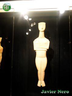 """""""Maestro Goulandris"""", nombrado así porque el N.P. Colección Goulandris incluye un número significativo de figuras atribuidas a él. Los rasgos característicos de sus obras, que van desde los 32 hasta los 98 cm de altura, son la cara en forma de lira, la nariz semicónica larga, los hombros fuertemente inclinados, las incisiones claras y precisas que delimitan el cuello, el abdomen y el triángulo público, así como la rodilla y articulaciones del tobillo, las piernas sólidas sin hendidura..."""